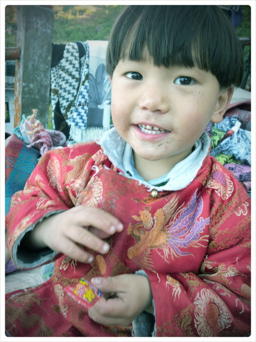 Shing Theng - A saleswomans kid outside the monastery